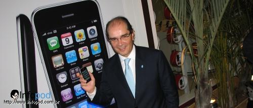 Roberto Lima mostrando seu iPhone
